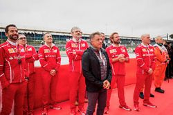 Jean Alesi, Maurizio Arrivabene, Ferrari, Jock Clear, e altri ingegneri Ferrari al podio