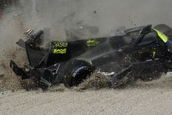 #19 M.Racing - YMR, Norma M 30 - Nissan: Gwenael Delomier has a huge crash