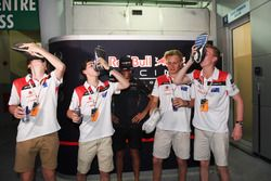Участники F1 in Schools исполняют «шуи» под присмотром пилота Red Bull Racing Даниэля Риккардо