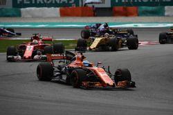 Fernando Alonso, McLaren MCL32 voor Sebastian Vettel, Ferrari SF70H