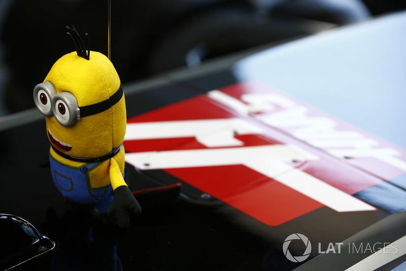 Un Minion sobre el coche de Kevin Magnussen, Haas F1 Team VF-17