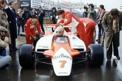 John Watson, McLaren MP4/1-Cosworth met Ron Dennis in de pitlane