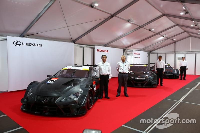 Die neuen Super-GT-Fahrzeuge für 2017 mit den Sportchefs