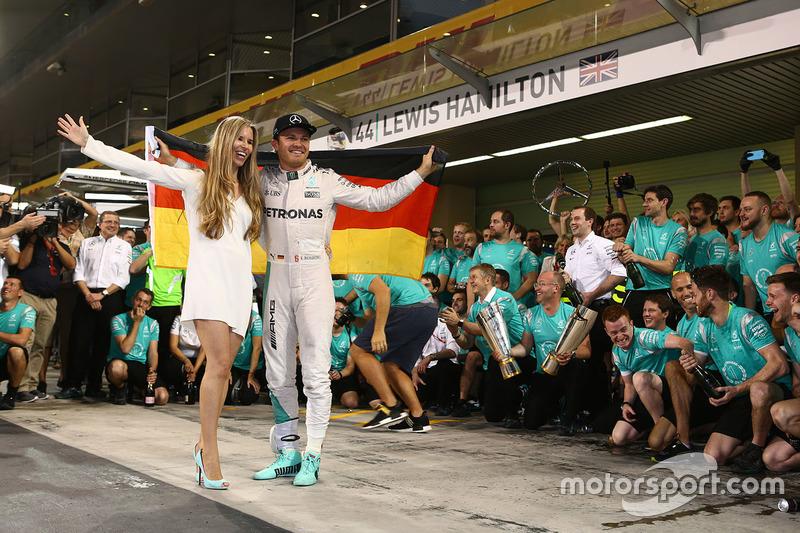 Nico Rosberg, Mercedes AMG Petronas F1 festeggia la vittoria del Titolo Mondiale con la moglie Vivian Rosberg, gli amici e il team