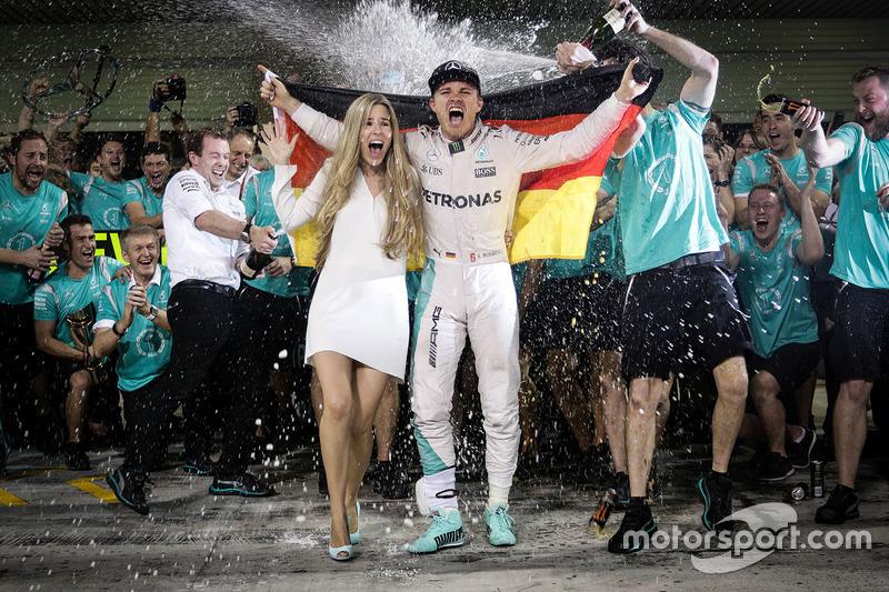 2. Nico Rosberg, de Mercedes AMG F1 celebra su campeonato del mundo con su esposa Vivian Rosberg y el equipo