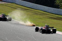 Fernando Alonso, McLaren MCL32 y Stoffel Vandoorne, McLaren MCL32 siguen de largo por el césped
