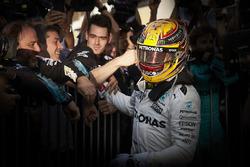 Il vincitore della gara Lewis Hamilton, Mercedes AMG F1 con il team