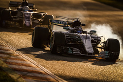 Валттери Боттас, Mercedes AMG F1 W08, и Антонио Джовинацци, Sauber C36