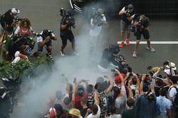 Lewis Hamilton, Mercedes AMG F1 doet een burnout op zijn motor