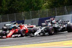 Kimi Raikkonen, Ferrari SF70H, en lutte avec Romain Grosjean, Haas F1 Team VF-17, devant Sergio Perez, Sahara Force India F1 VJM10 et Lewis Hamilton, Mercedes AMG F1 W08