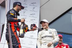 Podio: il vincitore della gara Valtteri Bottas, Mercedes AMG F1, il terzo classificato Daniel Riccia