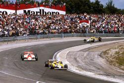 Ален Прост, Renault RE30, Джон Уотсон, McLaren MP4/1 Ford, и Рене Арну, Renault RE30