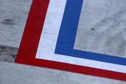 Un pit marcado con los colores de la bandera francesa