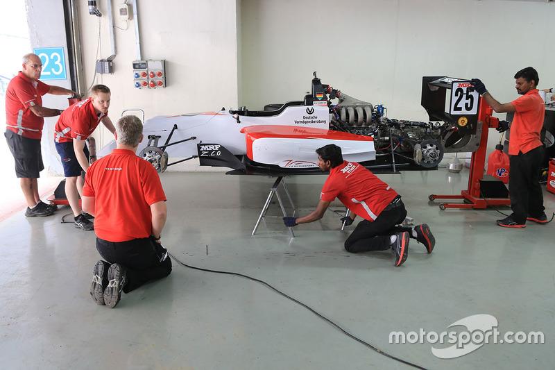 Mecánico trabajando en el coche de Mick Schumacher