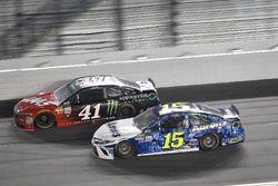 Kurt Busch, Stewart-Haas Racing Ford, Michael Waltrip, Premium Motorsports Toyota