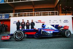 Teamchef Franz Tost, Daniil Kvyat, Carlos Sainz Jr., Technikchef James Key mit dem Toro Rosso STR12
