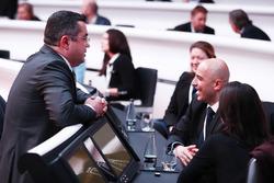 Eric Boullier, directeur de la compétition, McLaren, discuter avec des invités avant la présentation de la McLaren MCL32