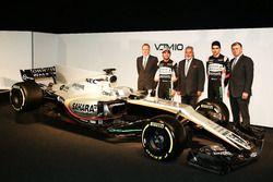 Andy Green, Sergio Perez Vijay Mallya, Esteban Ocon et Otmar Szafnauer avec la Sahara Force India VJM10