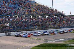Kyle Benjamin, Joe Gibbs Racing Toyota y Elliott Sadler, JR Motorsports Chevrolet restart