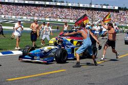 Michael Schumacher, Benetton Renault B195 won de race maar werd teruggesleepd naar de pits
