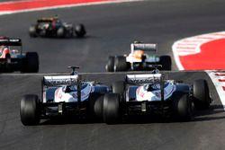Pastor Maldonado, Williams FW34, passeert teamgenoot Bruno Senna, Williams FW34