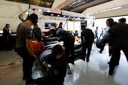 Ingenieure arbeiten in der McLaren-Box
