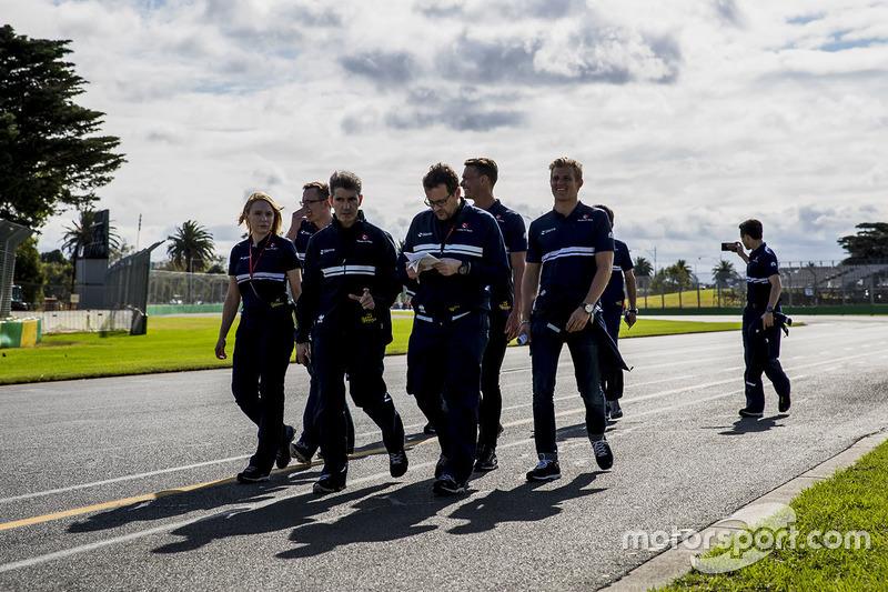 Marcus Ericsson, Sauber camina por el circuito con el equipo