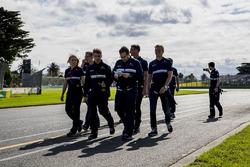 L'équipe Sauber, avec Marcus Ericsson, lors de la reconnaissance de la piste