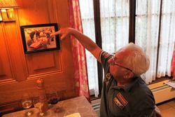 Georges Gachnang, indiquant qu'il est au volant de la Cegga-Maserati F1 sur une photo exposée à l'Hôtel de Ville d'Ollon