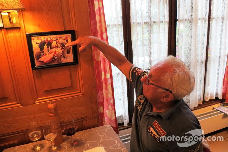 Georges Gachnang, indica se stesso al volante di una Cegga-Maserati di Formula 1 in una fotografia e