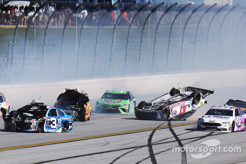 10.Accidente entre A.J. Allmendinger, JTG Daugherty Racing Chevrolet, Joey Logano, Team Penske Ford, Austin Dillon, Richard Childress Racing Chevrolet