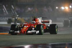 Kimi Raikkonen, Ferrari SF70H, nel giro di formazione