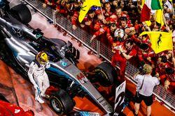 Победитель Себастьян Феттель, Ferrari, и обладатель второго места Льюис Хэмилтон, Mercedes AMG F1
