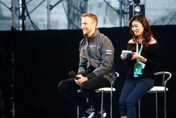 Jenson Button, McLaren, sul palco nella F1 fanzone