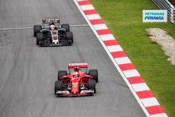 Себастьян Феттель, Ferrari SF70H, и Кевин Магнуссен, Haas F1 Team VF-17