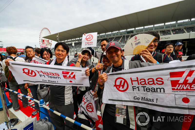 Haas F1 Team fans and banners