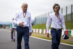 Laurent Mekies, FIA Safety Director en Charlie Whiting, FIA Delegate wandelen op het circuit