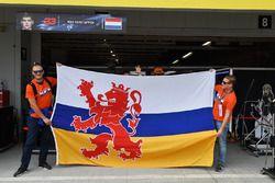 Max Verstappen, Red Bull Racing fans en een spandoek