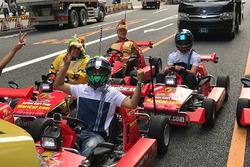 Felipe Massa brinca de Mario Kart nas ruas de Tóquio