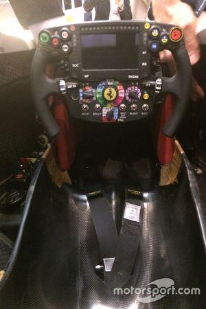 Abitacolo e volante della Ferrari SF16-H
