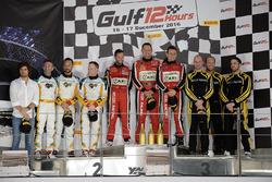 Podium: racewinnaars #11 Kessel Racing Ferrari 488 GT3: Michael Broniszewski, Giacomo Piccini, David