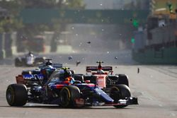 Fernando Alonso, McLaren MCL32, Daniil Kvyat, Scuderia Toro Rosso STR12, as behind Stoffel Vandoorne