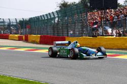 Mick Schumacher bestuurt de Benetton B194 van zijn vader Michael Schumacher, uit 1994