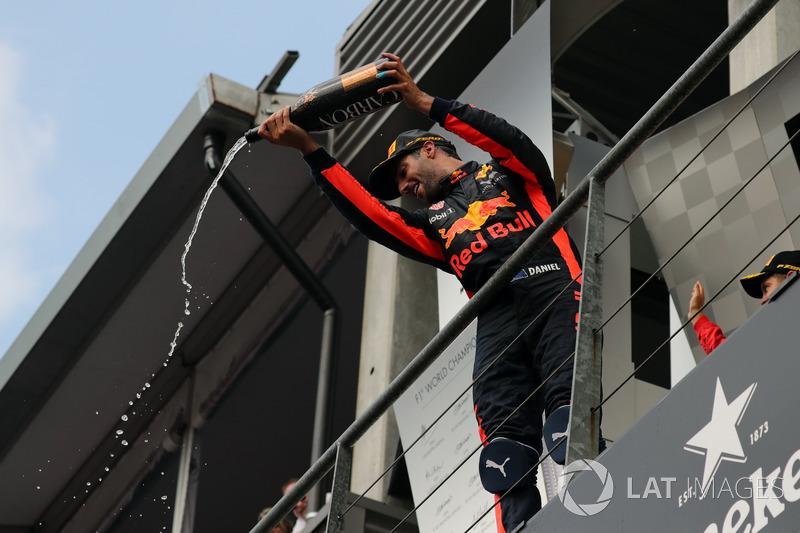 Daniel Ricciardo, Red Bull Racing festeggia sul podio con lo champagne