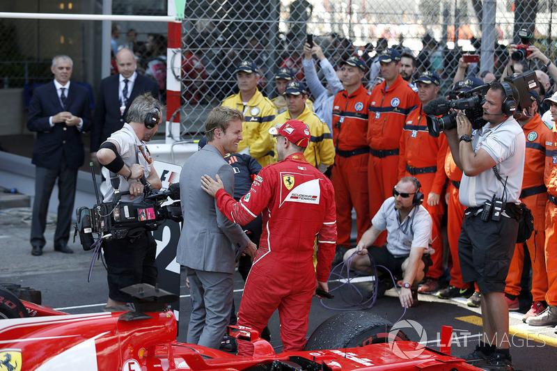 Ganador de la carrera Sebastian Vettel, Ferrari con Nico Rosberg, Mercedes-Benz embajador