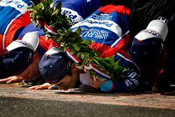 Takuma Sato, Andretti Autosport Honda celebra la victoria en la pista con Michael Andretti, dueño de