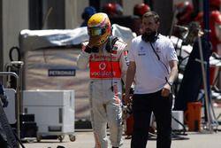 Lewis Hamilton, McLaren MP4-23, returns to the pits after his crash with Kimi Raikkonen, Ferrari F2008