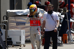 Lewis Hamilton, McLaren MP4-23, Kimi Raikkonen, Ferrari F2008 ile olan kazasının ardından pite dönüyor