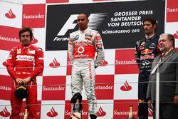Podium: Fernando Alonso, Ferrari, Lewis Hamilton, McLaren en Mark Webber, Red Bull Racing
