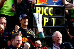 Racewinnaar Daniel Ricciardo, Red Bull Racing, Jonathan Wheatley, Team Manager, Red Bull Racing, Christian Horner, Team Principal, Red Bull Racing, Helmut Markko, Consultant, Red Bull Racing, Max Verstappen, Red Bull Racing, en Red Bull vieren de overwinning
